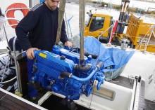 Mar Abierto - La grúa/pluma va entrando con cuidado la nueva mecánica, un Solé D