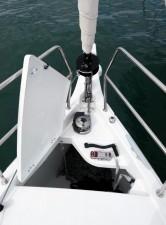 Mar Abierto - El cofre de anclas está bien organizado, con roldana de fondeo cen